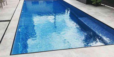 בריכת שחיה פיברגלס או בטון?